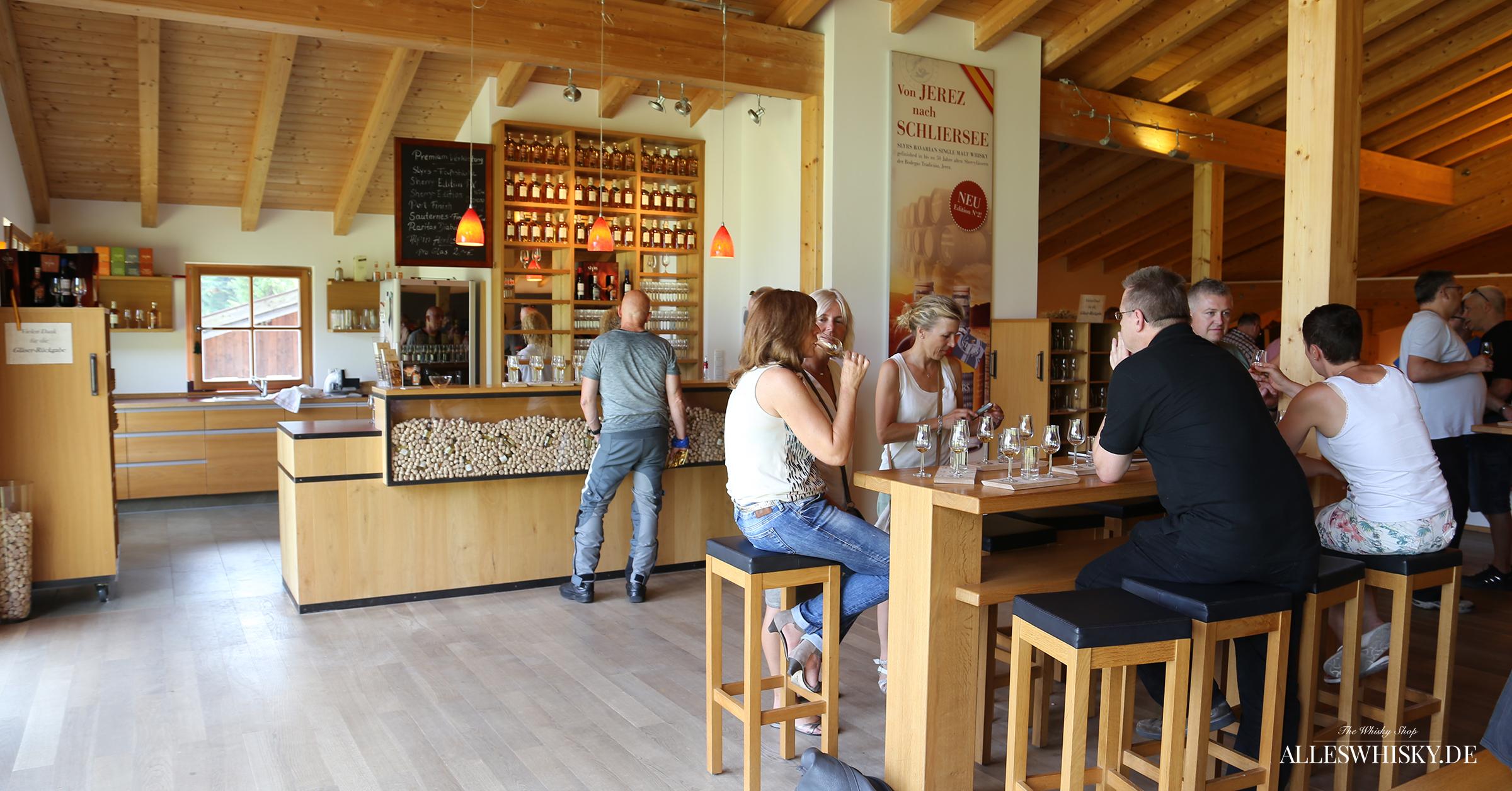 Slyrs Tasting der alleswhisky.de Reisegruppe mit verschiedenen Whiskyvarianten