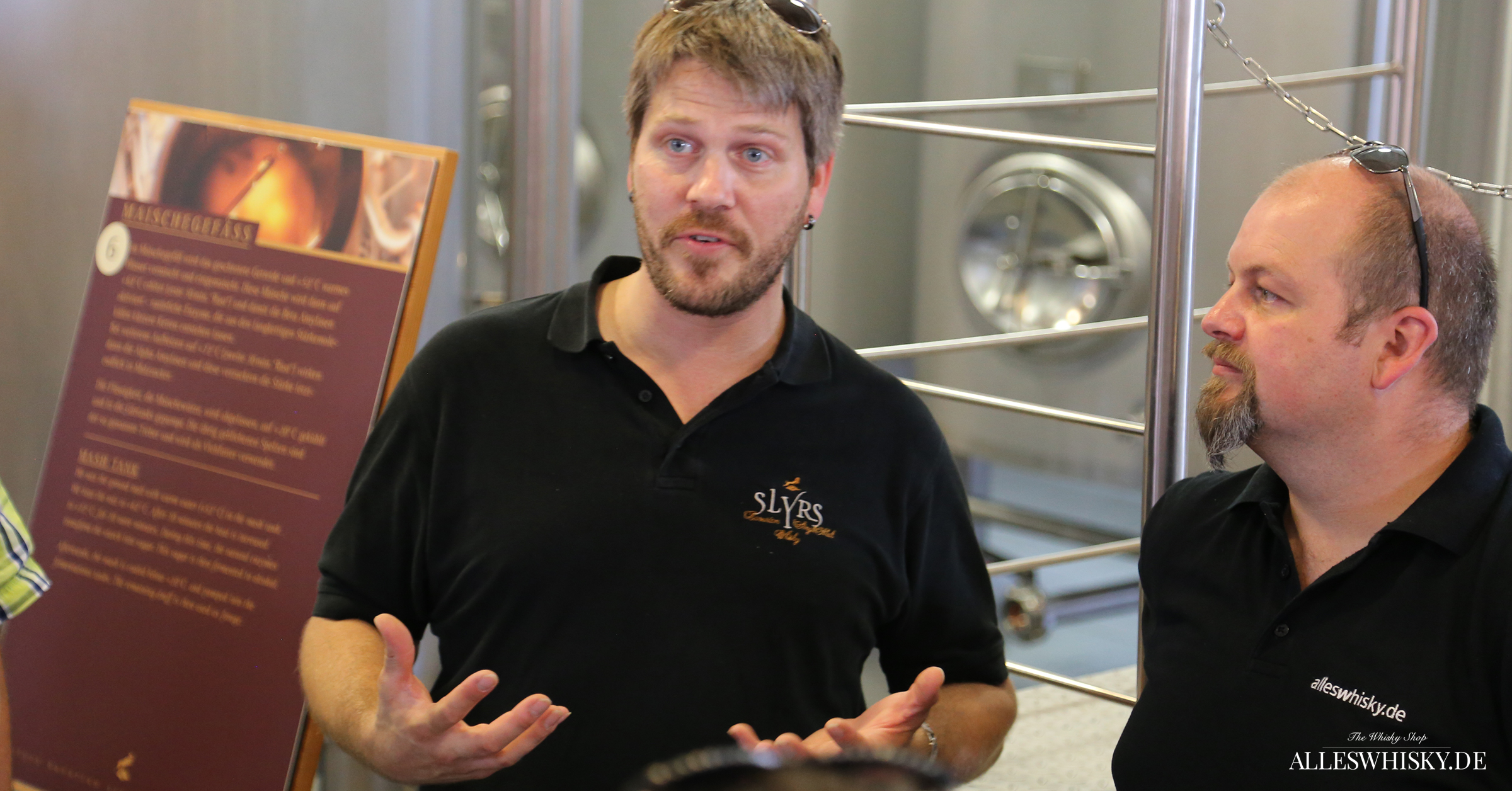 Tobias Maier in seinem Elemet - Destillateur und Spirituosen bei der Vorstellung der Brennerei