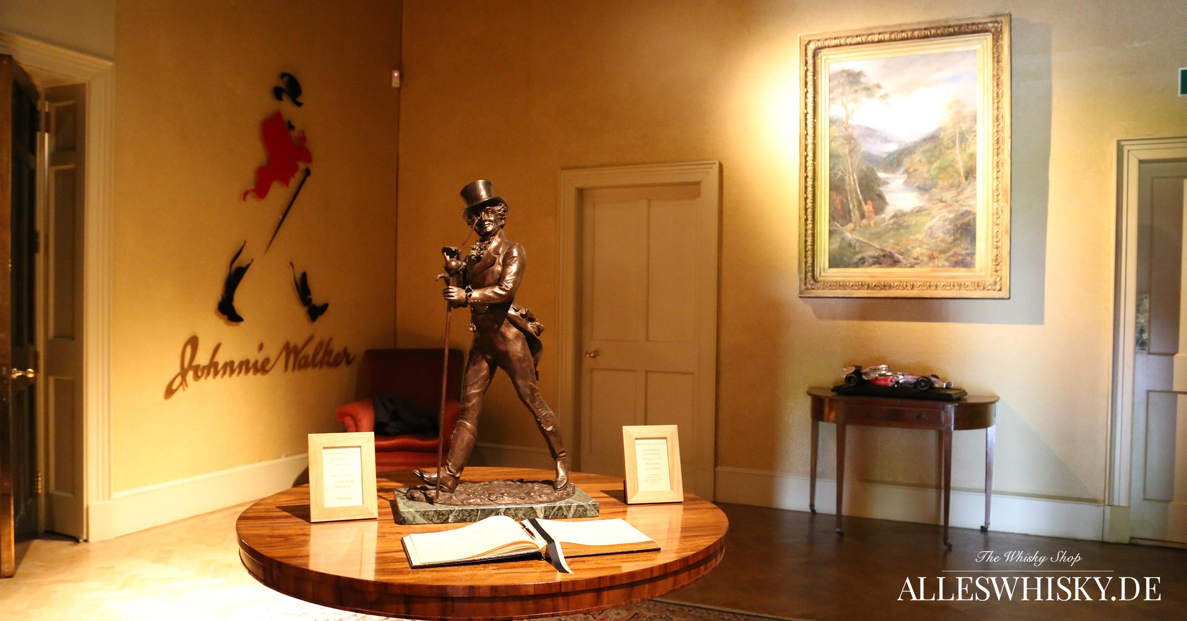 Johnnie Walker Brand Home mit dem Striding Man auf dem Tisch