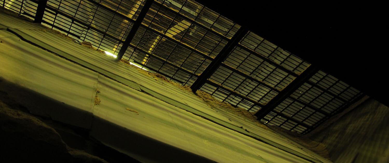 Bowmore Darrenbochen perforiert - Bild wurde von unten nach oben entsprechend dem Luftzug der heißen Luft aus dem Kilm - aufgenommen