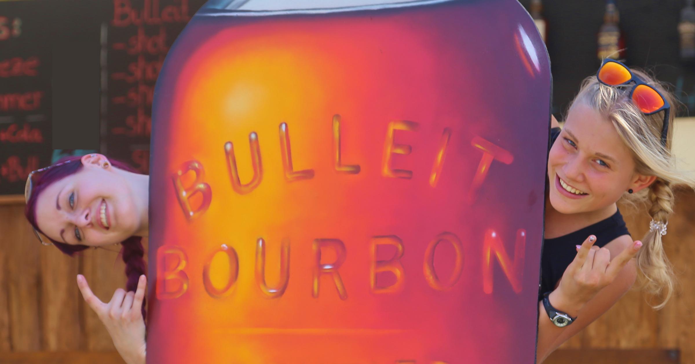 Unsere Mädels mit der Bulleit Bourbon Flasche