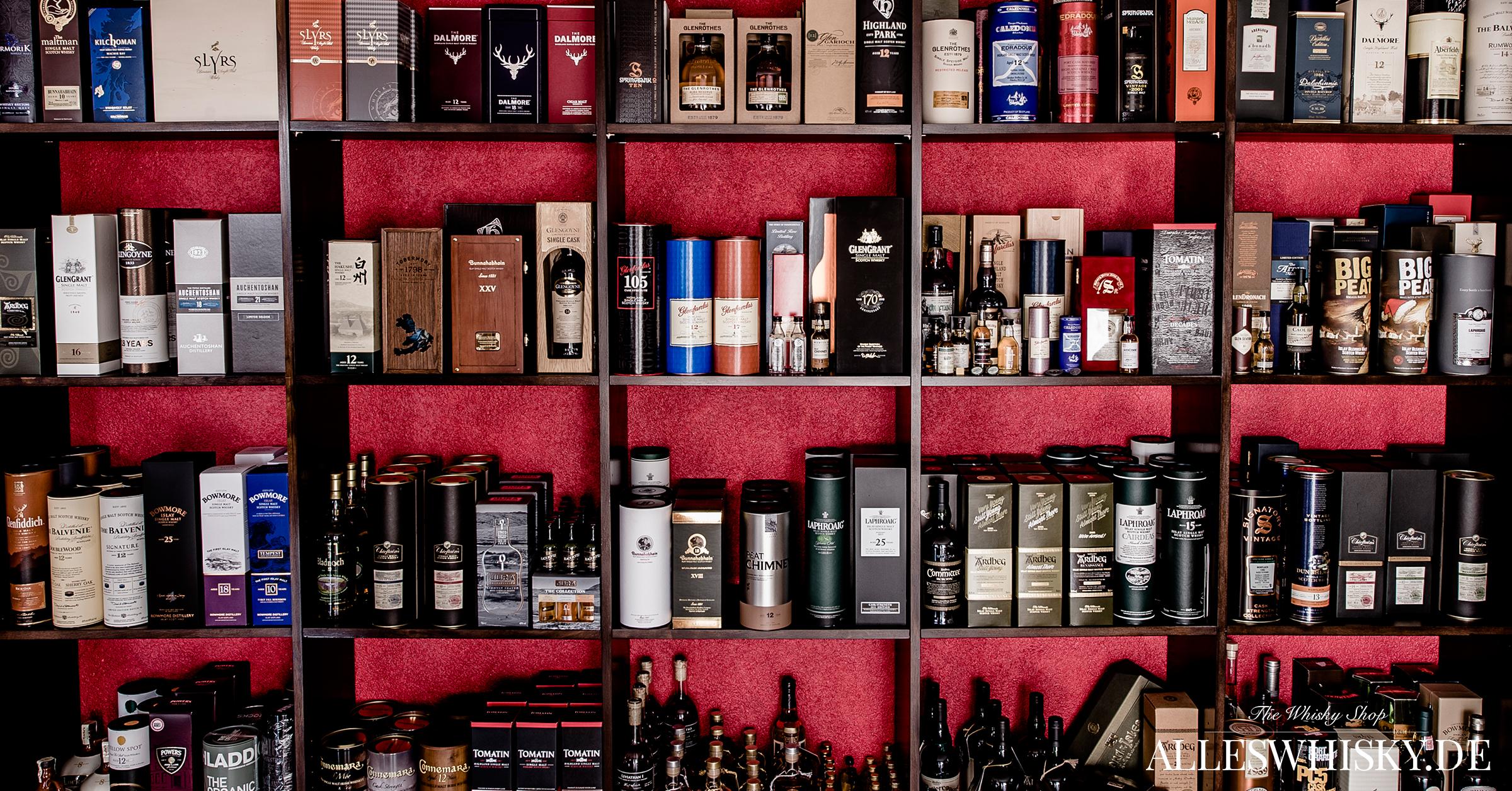 Whiskyregal mit vielen exklusiven Abfüllungen