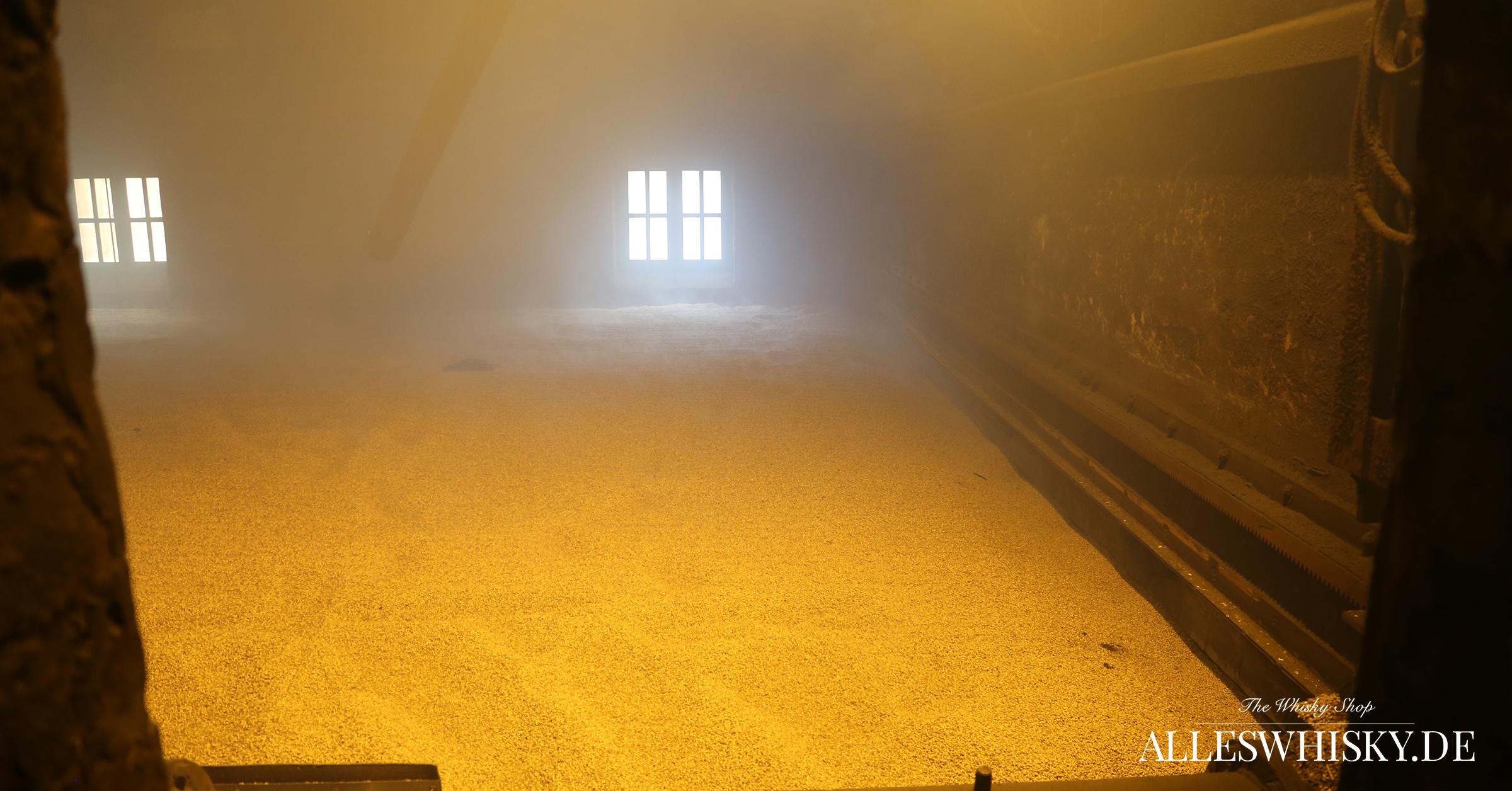 Highland Park - Blick in den Kiln Floor mit der trocknenden Gerste