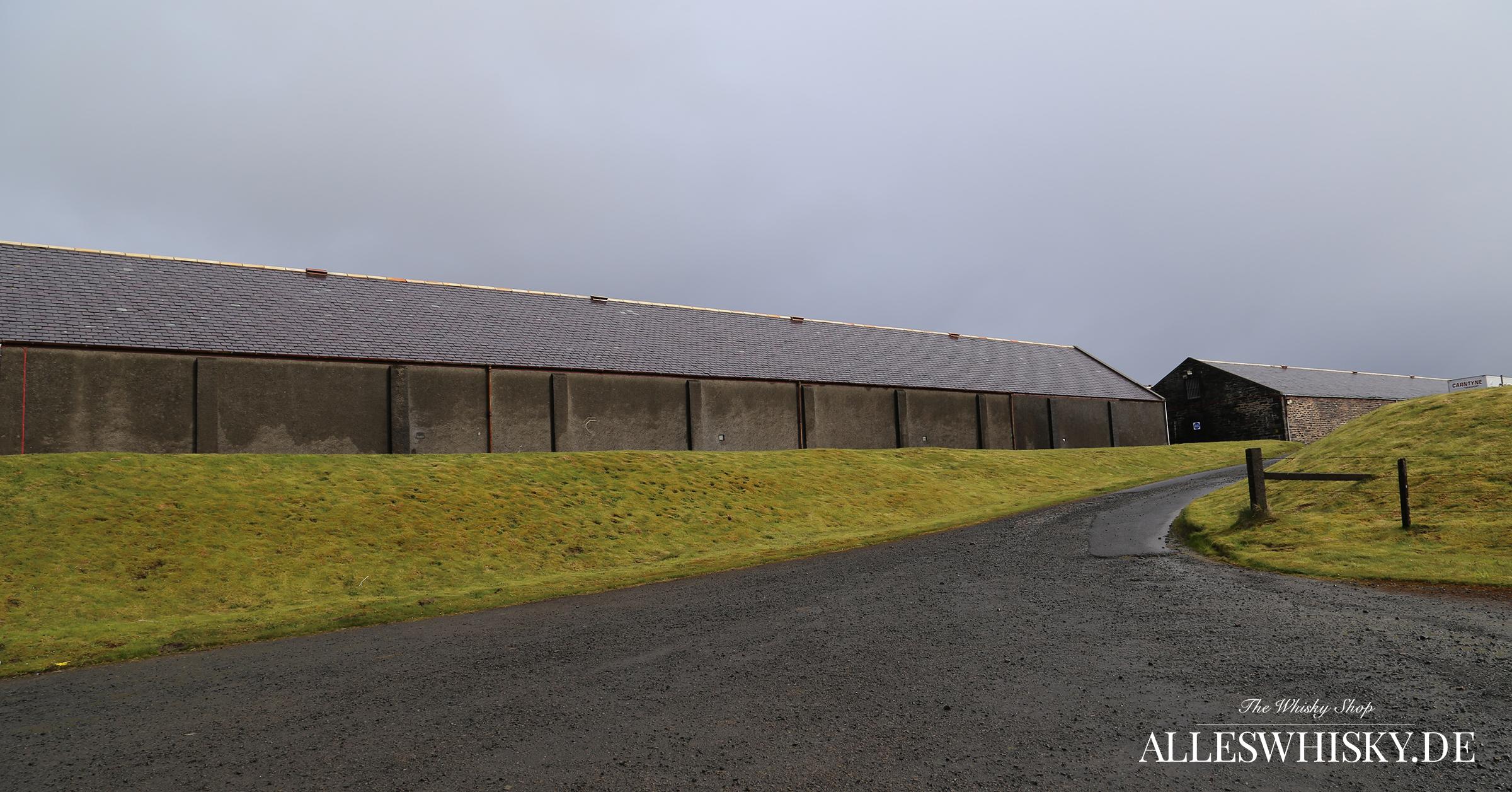 Highland Park Lagerhäuser direkt gegenüber der Brennerei
