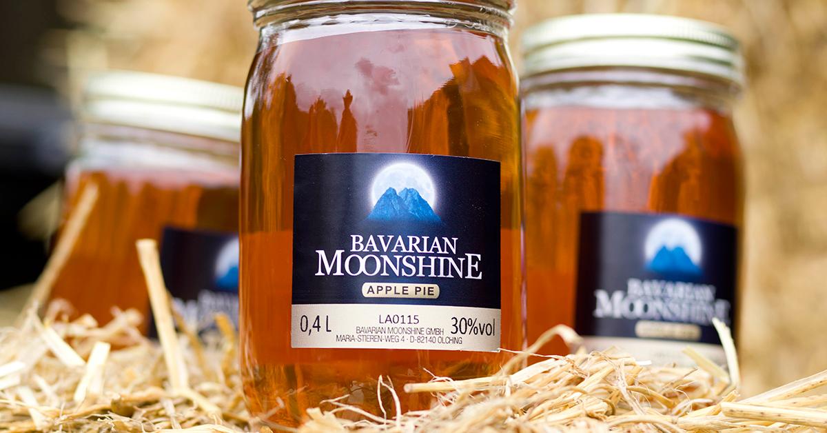 Bavarian Moonshine Präsentation mit Stroh