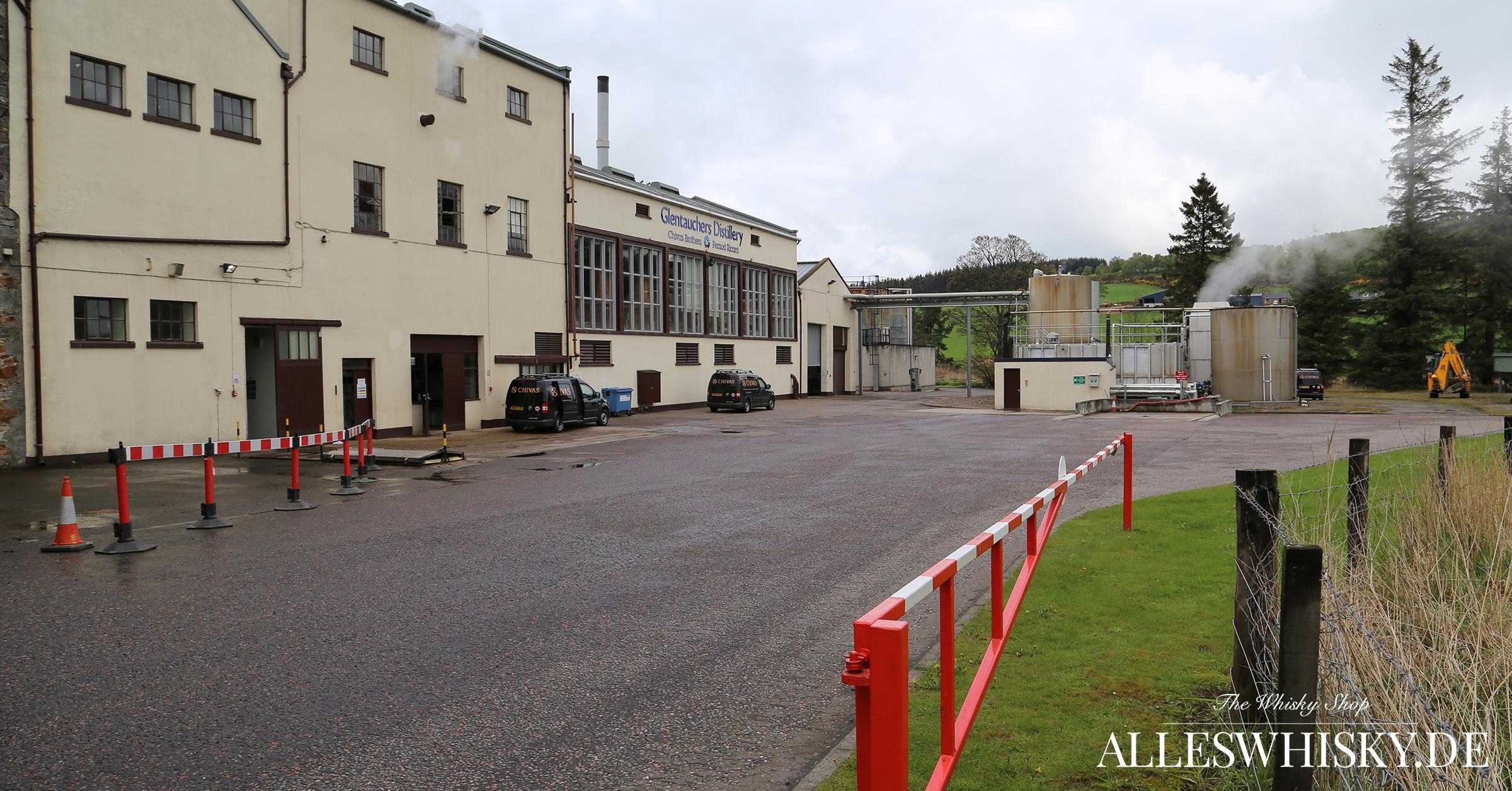Glentauchers Malt Whisky Brennerei im Mai 2014 Einfahrt