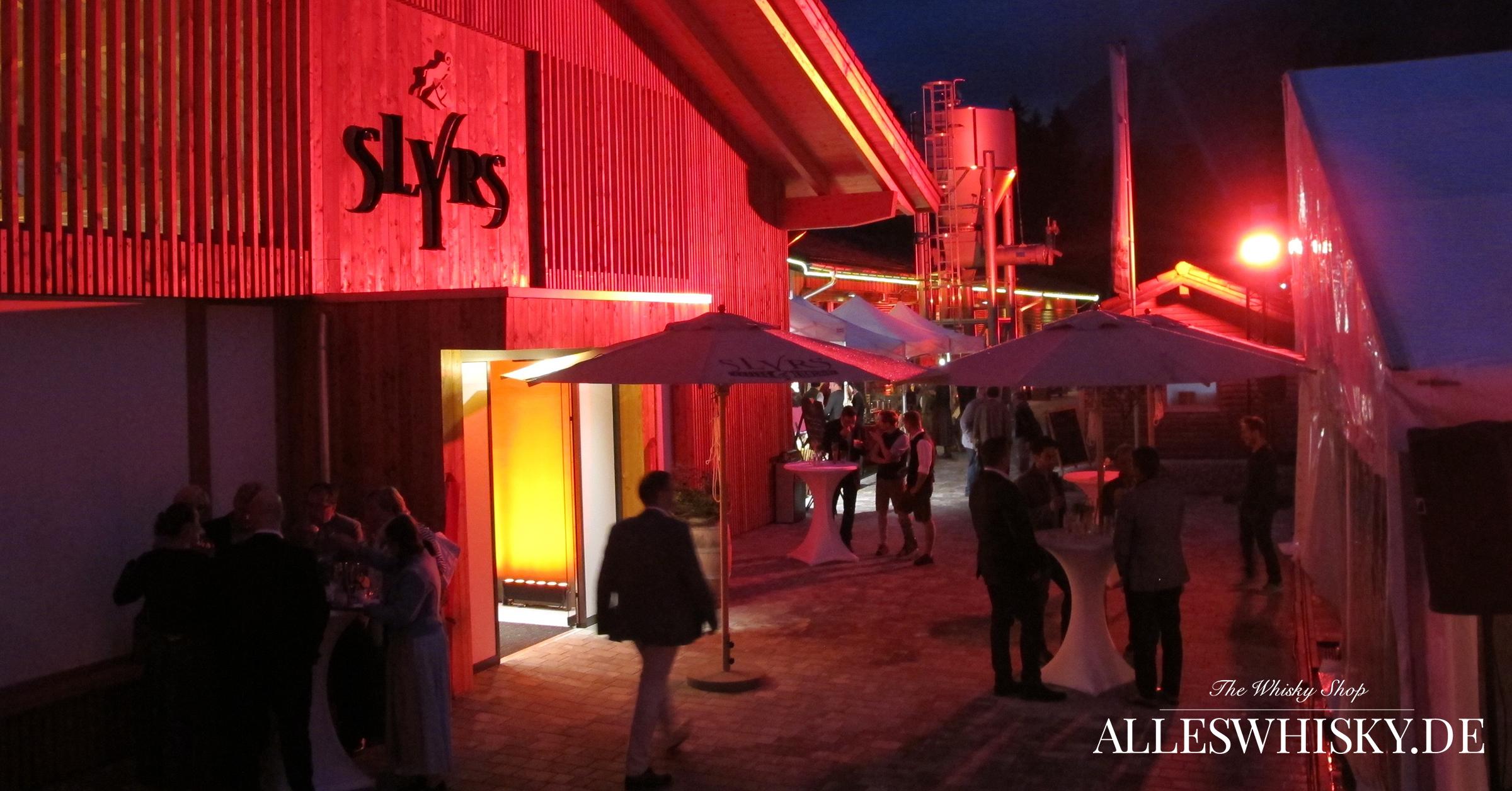 Feierliche Neueröffnung Slyrs Caffee und Lunchery Brennerei bei Nacht